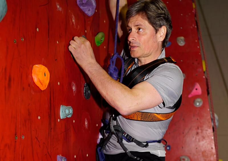 Thomas Frey beim Klettern. Volle Konzentration beim Klettern.