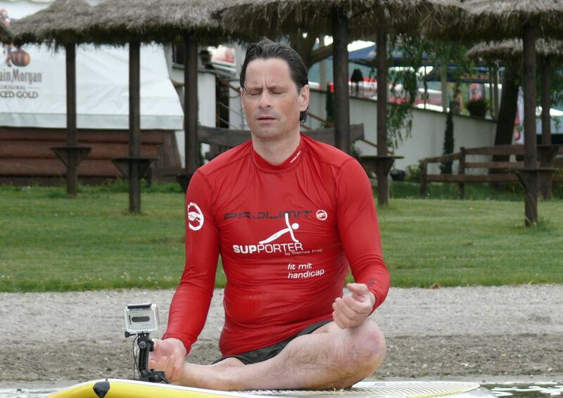 Thomas Frey beim Meditieren auf dem SUP-Board.